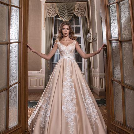 Атласное свадебное платье карамельного оттенка