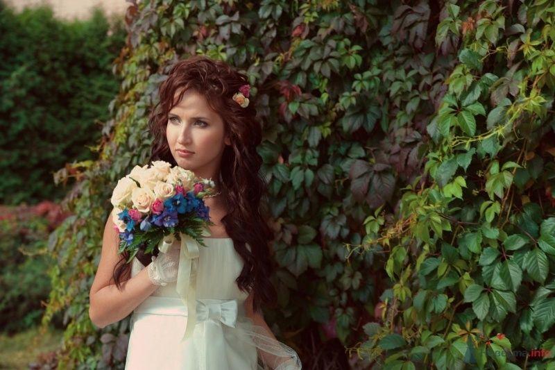 Невеста с букетом цветов стоит на фоне зелени - фото 47517 Annuta