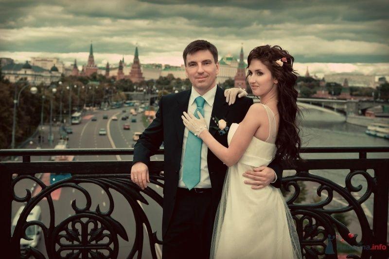 """Классический темный костюм жениха """"двойка"""" с белой рубашкой, голубым галстуком и белой бутоньеркой в петлице пиджака - фото 47528 Annuta"""