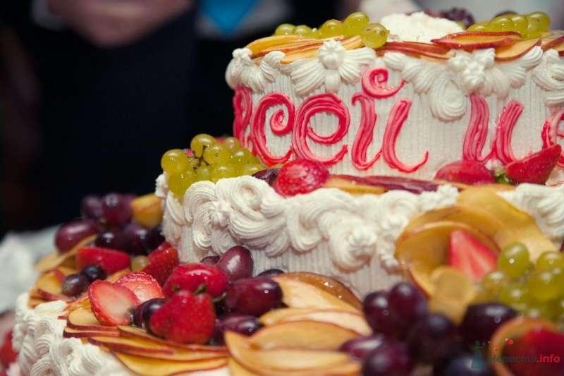 Двухъярусный свадебный именной  торт,в белой мастике, украшенный кремом и фруктами - фото 47551 Annuta