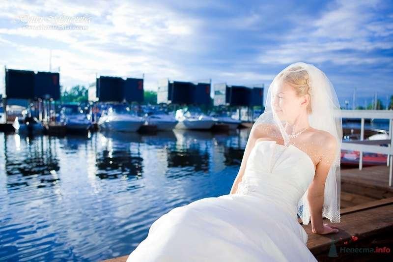Невеста в белом длинном платье сидит на берегу - фото 58029 Свадебный фотограф Моисеева Юлия
