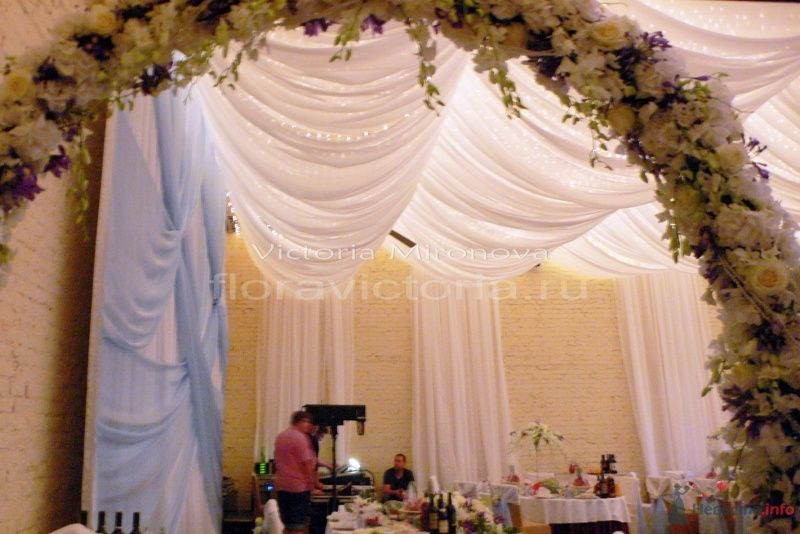 Свадебное оформление зала тканью, светом и цветами - фото 29426 Cвадебная флористика и декор событий FloraVictoria