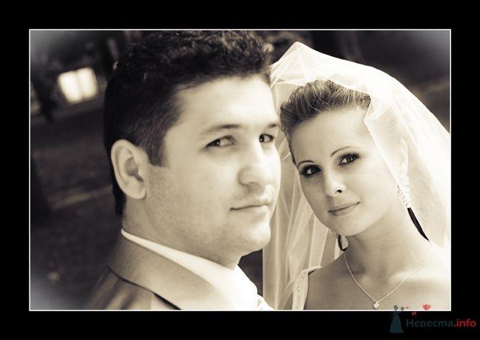 Жених и невеста стоят, прислонившись друг к другу, на улиице - фото 35788 Фотограф Вилена Экон