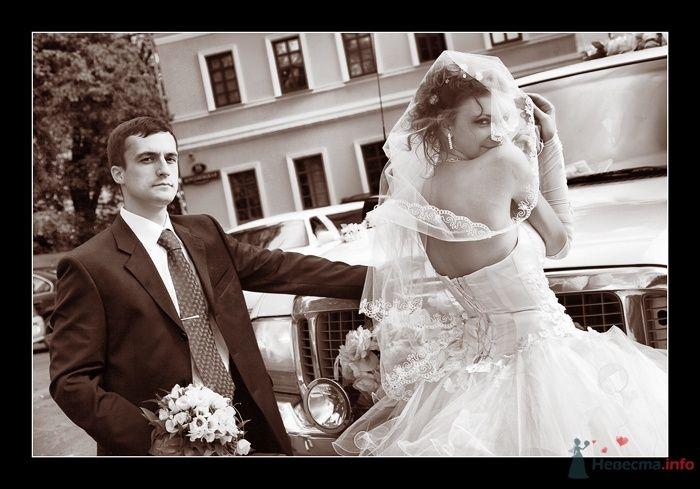 Жених и невеста стоят на улице возле белой машины - фото 52304 Фотограф Вилена Экон