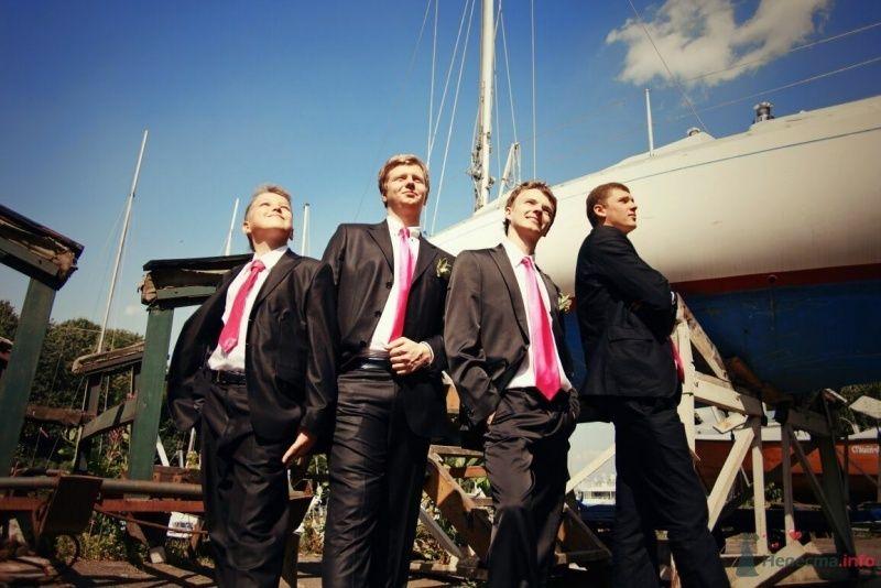 Друзья жениха в солнечный день, у яхты, в белых рубашках с розовыми галстуками, черных костюмах,  - фото 52966 AngeLady