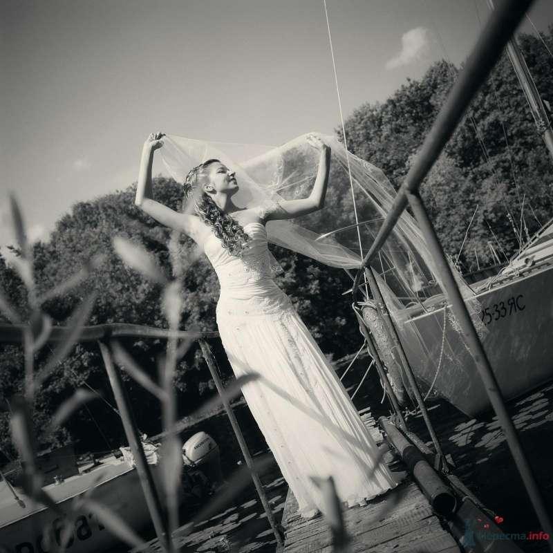 Невеста в белом платье стоит на мосту - фото 52969 AngeLady