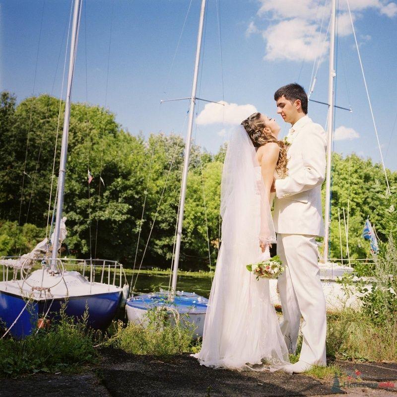 Жених и невеста стоят, прислонившись друг к другу, на причале - фото 52972 AngeLady