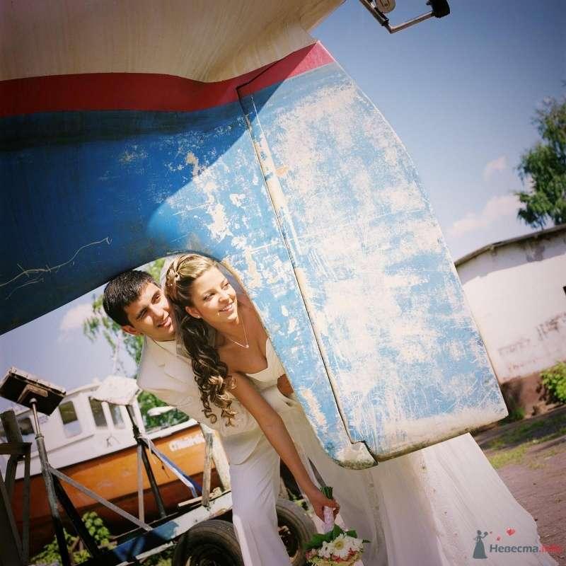 Жених и невеста стоят, прислонившись друг к другу, возле яхты - фото 52973 AngeLady
