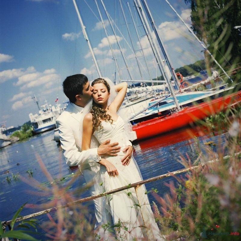 Жених и невеста стоят, прислонившись друг к другу, на берегу озера - фото 52974 AngeLady