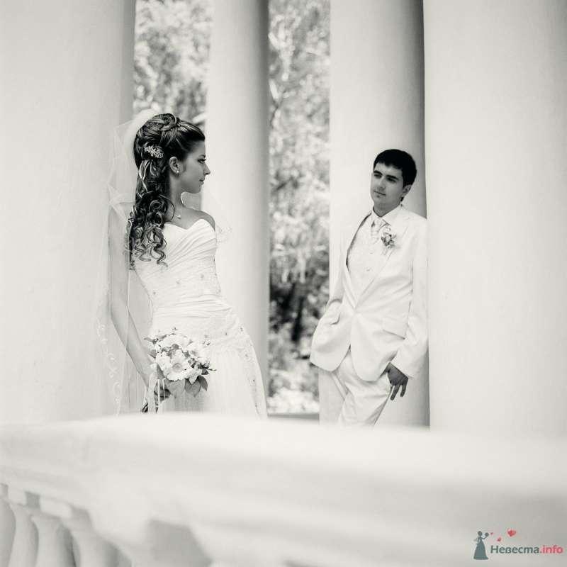 Жених и невеста стоят возле белых колонн и смотрят друг на друга - фото 52995 AngeLady