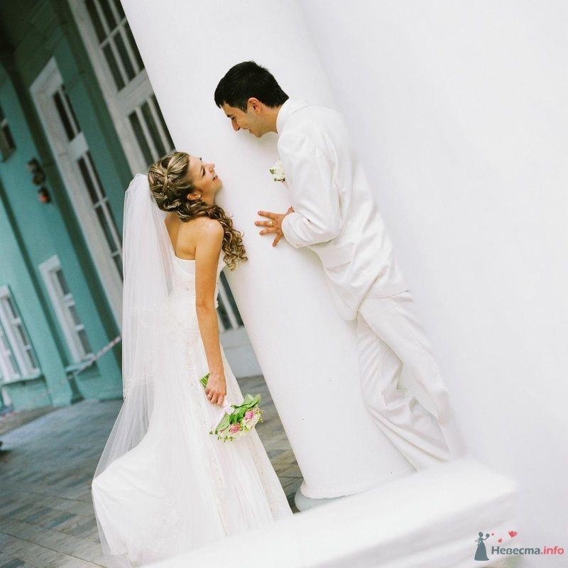 Жених и невеста стоят у белой колонны  - фото 52997 AngeLady