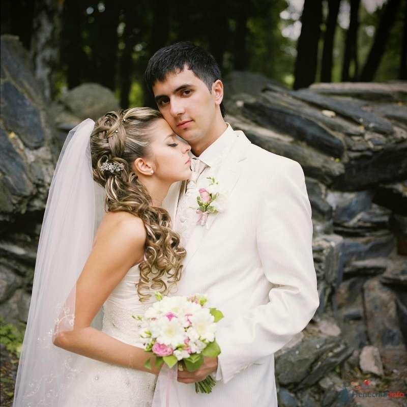 Жених и невеста стоят, прислонившись друг к другу, на фоне скалы - фото 53005 AngeLady