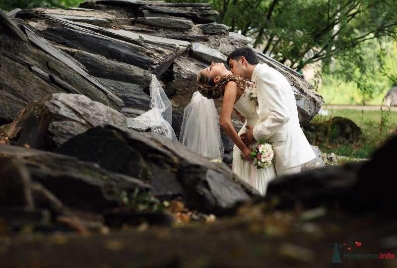 Жених и невеста, прислонившись друг к другу, стоят на фоне камней - фото 63886 AngeLady