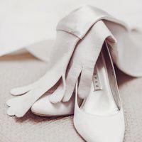Белые туфли-лодочки и перчатки невесты