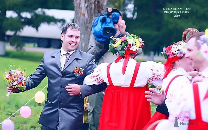 """Классический синий костюм жениха """"двойка"""" с белой рубашкой, сиреневым галстуком и с красно-голубой бутоньеркой в петлице пиджака - фото 38424 shameless"""