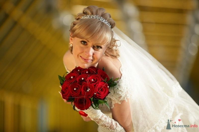 Букет невесты из бордово-красных роз, декорированный белыми бусинами