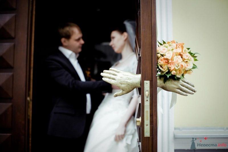 Жених и невеста стоят, прислонившись друг к другу, стоят у входной - фото 53712 ларина т
