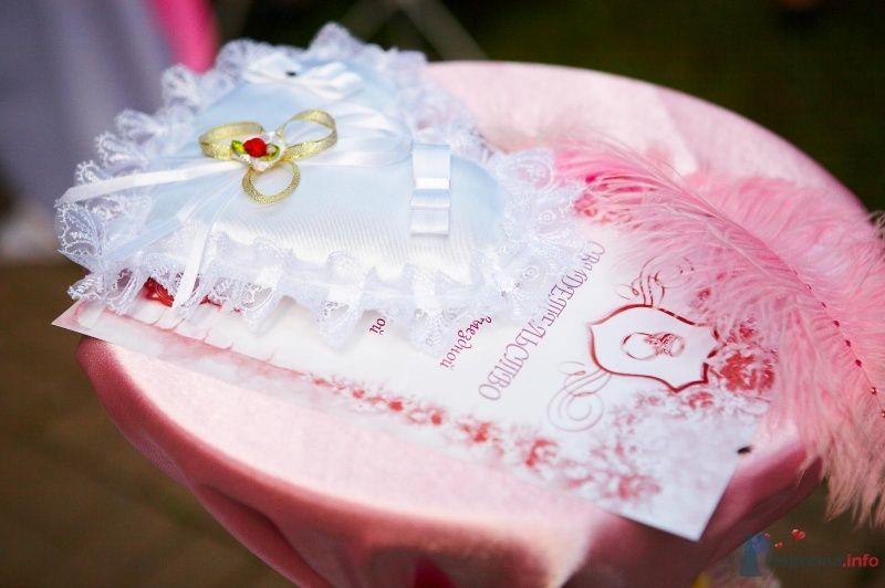Белая атласная подушечка для колец в форме сердца украшена кружевной оборкой и атласными лентами - фото 45685 Мissis Kейт