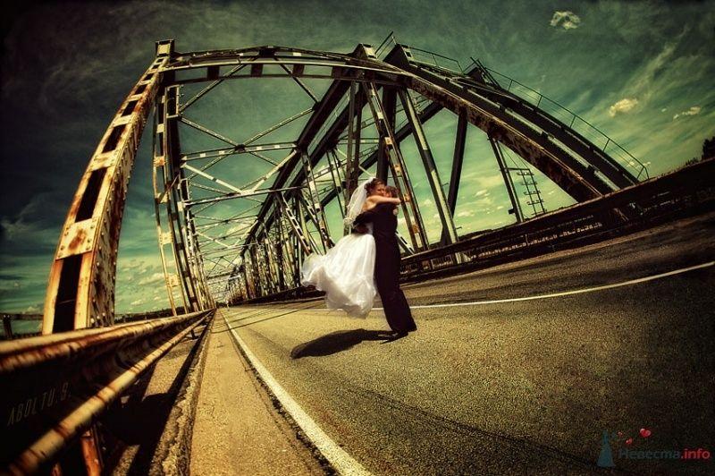 Жених и невеста стоят, прислонившись друг к другу, на дороге  - фото 39179 Kamelot