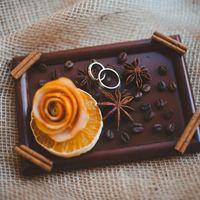 Подставка для колец на зимней апельсиновой свадьбе с легким привкусом пряностей