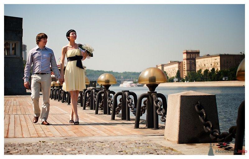 Жених и невеста, взявшись за руки, идут по улице - фото 39860 Gennadiy