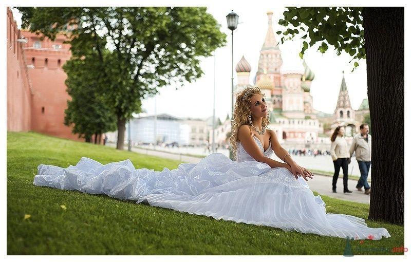 Невеста в белом длинном платье сидит на траве в парке - фото 39873 Gennadiy