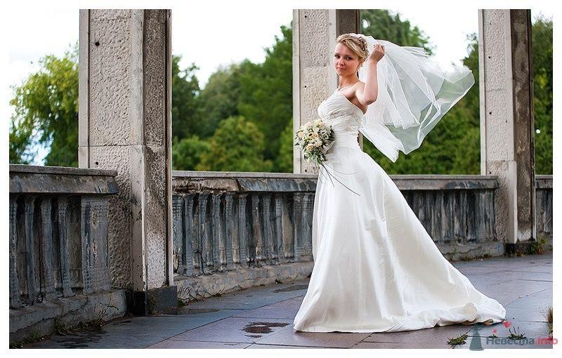 Невеста в белом длинном платье с букетом цветов на фоне леса - фото 39880 Gennadiy