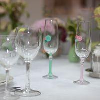 Свадебные аксессуары. Бокалы для шампанского для мятно-розовой пуговичной свадьбы