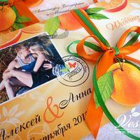 Приглашения «Апельсиновая свадьба» Конверт выполнен из тонкой бумаги. На конверте напечатаны рисунок в стиль свадьбы имена молодоженов и дата свадьбы.  Карточка-вкладка выполнена из двух видов бумаги. Вкладка оформлена в стиль свадьбы .