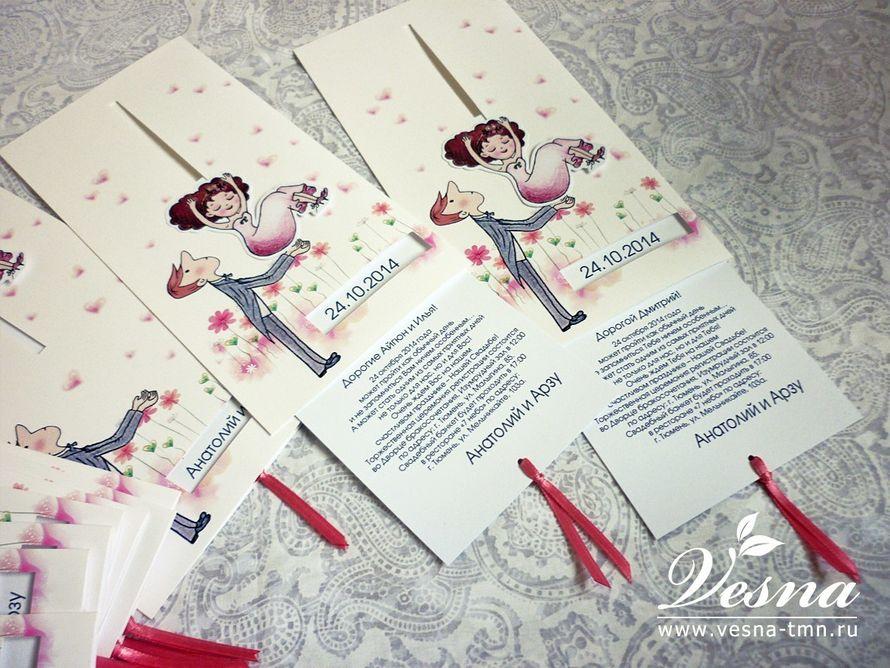 Приглашения «Жених и Невеста» На конверте напечатан рисунок в стиль свадьбы и жених, имеется окошечко под имена молодоженов и дату свадьбы. Невеста связана со вкладкой. Если потянуть вкладку за хвостики из ленты, то невеста падает жениху на руки. - фото 10516076 Vesna-Art - аксессуары для свадьбы