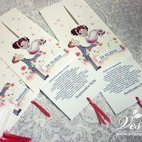 Приглашения «Жених и Невеста» На конверте напечатан рисунок в стиль свадьбы и жених, имеется окошечко под имена молодоженов и дату свадьбы. Невеста связана со вкладкой. Если потянуть вкладку за хвостики из ленты, то невеста падает жениху на руки.