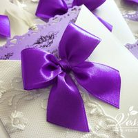 Приглашения «Лиловый дуэт» Конверт выполнен из дизайнерской перламутровой бумаги светло-кремового цвета.  На конверте отпечатаны инициалы молодоженов и дата свадьбы. Карточка-вкладка выполнена из бумаги светло-лилового цвета, сверху ажурный край.