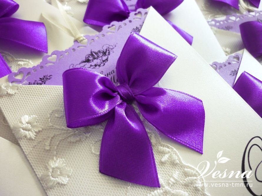Приглашения «Лиловый дуэт» Конверт выполнен из дизайнерской перламутровой бумаги светло-кремового цвета.  На конверте отпечатаны инициалы молодоженов и дата свадьбы. Карточка-вкладка выполнена из бумаги светло-лилового цвета, сверху ажурный край. - фото 10516096 Vesna-Art - аксессуары для свадьбы