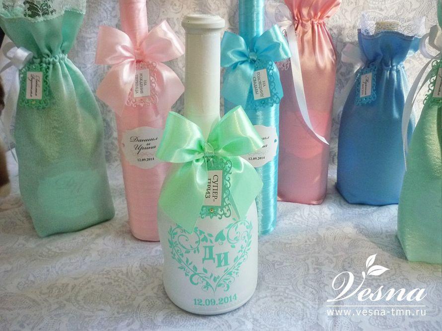 Декор бутылок «Нежность» Бутылки  «На рождения первенца» и  «На годовщину свадьбы»  обмотаны атласными лентами. Подарочная бутылка покрашена краской. Декор: наклейка с орнаментом, инициалами и датой свадьбы, бирки. - фото 10532536 Vesna-Art - аксессуары для свадьбы
