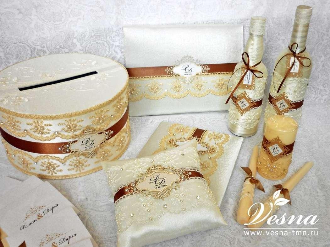 Сундучок для денег «Шоколад и крем-брюле» Свадебный сундучок  круглой формы  «Шоколад и крем-брюле» имеет  каркас из толстого картона, открывающуюся крышку, обтянут атласом кремового цвета.  Декор: кружево объемное кремового цвета, атласная лента, а - фото 10532560 Vesna-Art - аксессуары для свадьбы