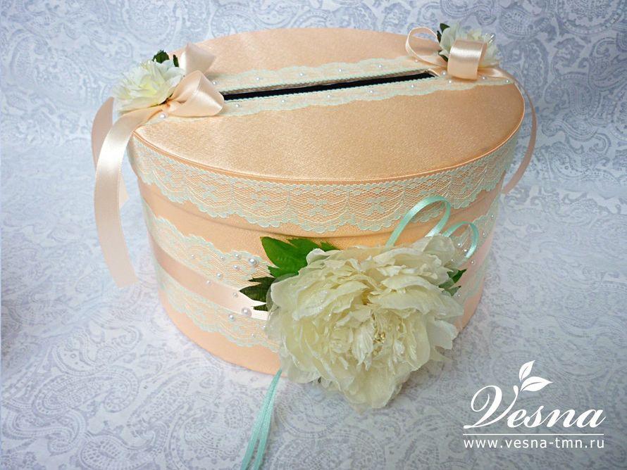 Сундучок для денег «Пионовая свадьба» Свадебный сундучок  «Пионовая свадьба» круглой формы имеет  каркас из толстого картона, с открывающейся крышкой обтянут персиковым атласом.  Декор: кружево мятного цвета, лента атласная, цветок  пиона ручной раб - фото 10532572 Vesna-Art - аксессуары для свадьбы