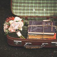 Композиция с букетом, чемоданом и старыми книгами, оформленная в стиле Шебби-шик
