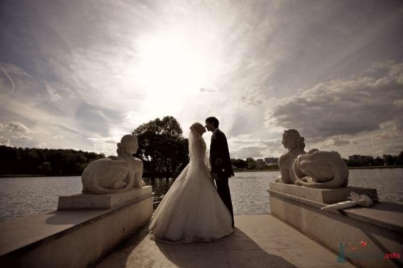 Жених и невеста стоят, прислонившись друг к другу, на фоне озера - фото 42083 Тоська