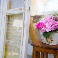 Винтажная ваза и искусственно состаренная оконная рама, как план рассадки гостей