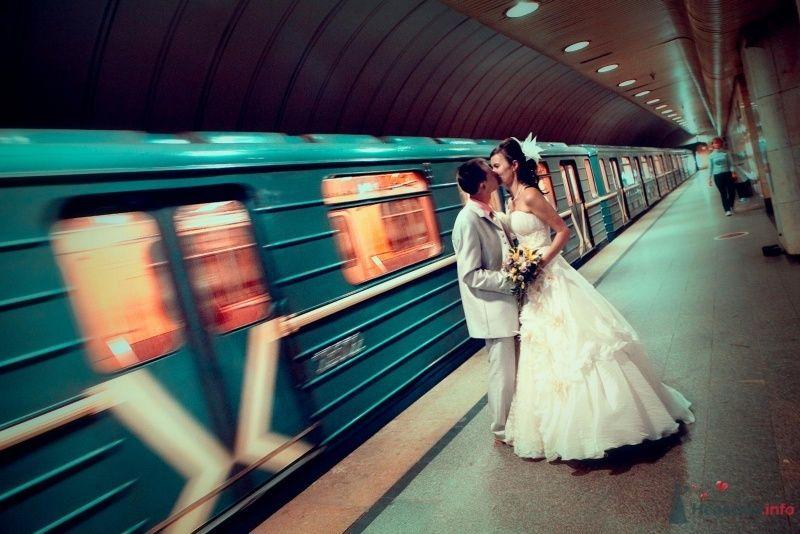 Жених и невеста, прислонившись друг к другу, стоят на фоне поезда - фото 61986 Sparkle