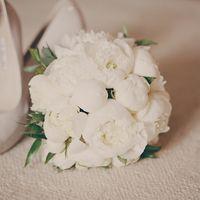 Букет невесты из белых пионов