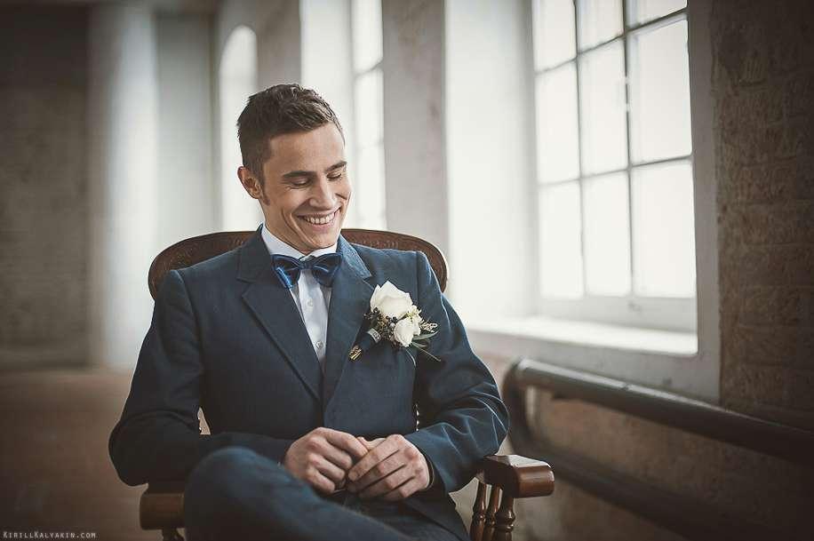 Классический темно-синий костюм двойка с белой рубашкой и синей галстук-бабочкой, бутоньерка из белых роз   - фото 2095240 Свадебный фотограф Кирилл Калякин