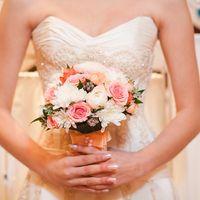 Букет невесты из розовых роз, белых астр и белых ранункулюсов