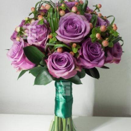 Свадебный букет - сиреневые розы и гиперикум