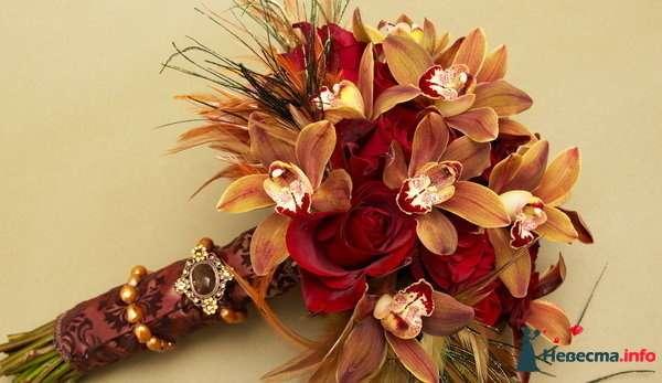 Букет невесты из красных роз и оранжевых орхидей, декорированный бордовой лентой и брошью  - фото 123722 МиЛаШКа