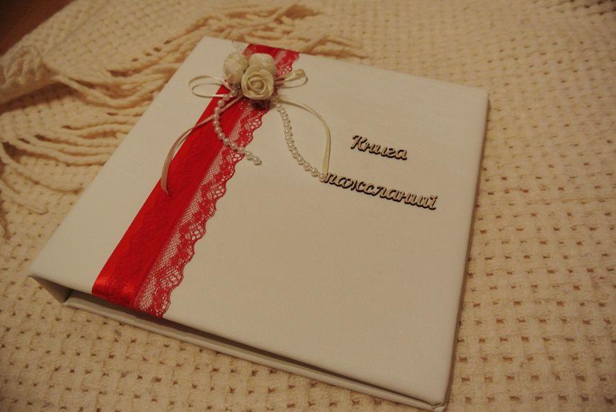 Книга пожеланий от [club149319988 @bestbook67] в красивом бело-красном сочетании! Изготовлена из нежнейшей белой экокожи, декорирована тончайшим кружевом, красной атласной лентой, жемчугом, а также украшена аккуратной цветочной композицией) #свадьба #свад - фото 16641030 Bestbook - мастерская аксессуаров
