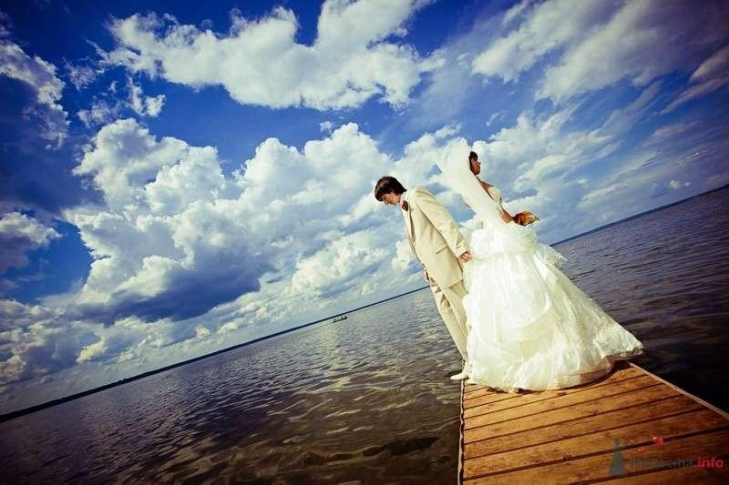 Жених и невеста, прислонившись друг к другу, стоят на причале у моря - фото 61889 yanechka