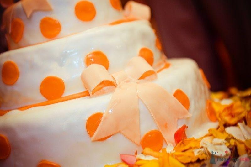 Трехъярусный свадебный торт, в белой мастике, украшенный оранжевыми кружочками и розовым сахарным бантиком - фото 62767 yanechka