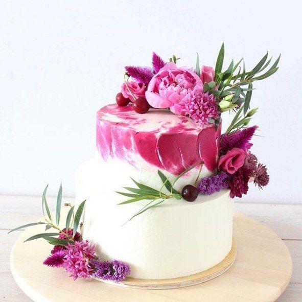Многоярусный свадебный торт с цветами
