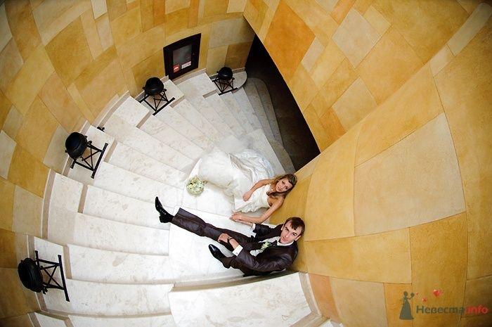 Жених и невеста сидят вместе на белой лестнице - фото 54975 ВаленТинка:)
